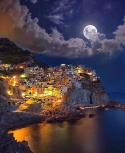 Tag who you'd enjoy this charming night with Manarola, Italy.